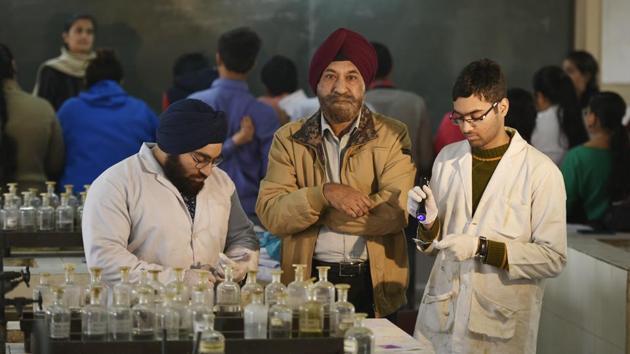 GS Sodhi (middle) with his students at Delhi University's Sri Guru Tegh Bahadur Khalsa College.(Raj K Raj/HT PHOTO)