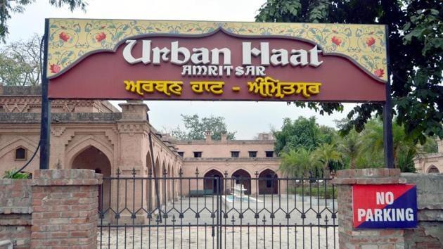 Urban Haat wears a deserted look in Amritsar on Saturday.(Sameer Sehgal/HT)