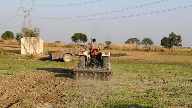 An efficient option to encourage the use of such technology is through service providers who rent out various equipment to farmers. They can act as information hubs for farmers and can be strong influencers(Parveen Kumar/Hindustan Times)