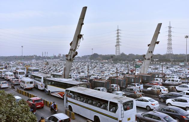 The route diversions hit traffic movement at the Sirhaul toll on Monday.(Sanjeev Verma/HT PHOTO)