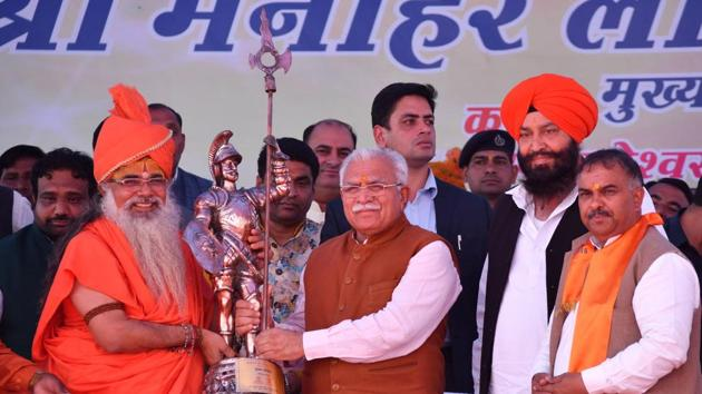 Chief minister ML Khattar being felicitated at Gondar village in Karnal district on Monday.(HT Photo)