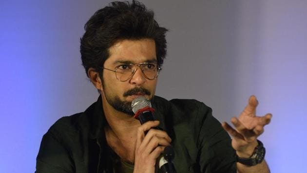 Actor Raqesh Bapat interacts with the students during Hindustan Times Scholarship Programme 2017-18 at Jawaharlal Nehru Memorial Hall, Camp in Pune. (Pratham Gokhale/HT Photo)
