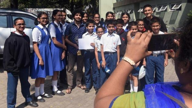 Students get their picture clicked with Alok Rajwade during Hindustan Times Scholarship Programme 2017-18 at Jawaharlal Nehru Memorial Hall, Camp in Pune (Pratham Gokhale/HT Photo)