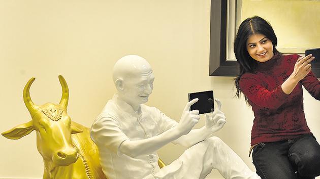 A girl takes a selfie with an artwork of Debanjan Roy and Akar Prakar, India Art Fair, New Delhi, February 9, 2018(Raj K Raj/HT PHOTO)