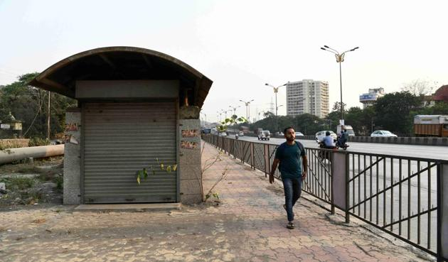 A man walks past an unused subway at SBI Colony in Belapur on Wednesday.(Bachchan Kumar/HT)