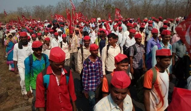 The farmers' protest rally, which started from Nashik on Wednesday, reached Vasind highway (NH3) on Friday afternoon.(Rishikesh Choudhary/ HT Photo)