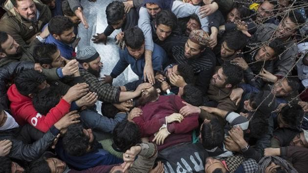 People shout slogans near the body of slain militant Eesa Fazili during his funeral procession in Srinagar on Monday.(Waseem Andrabi /HT Photo)