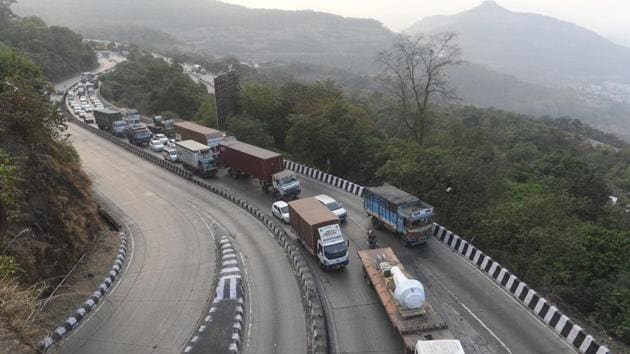 For heavy vehicles (buses and trucks), the new speed limit prescribed is 100 km/hr on expressways,90 km/hr on national highways and 60km/hour on roads within municipal limits.(HT File Photo)