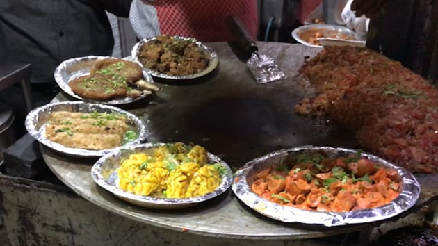 The rates for chicken and mutton tikkas at Bablu Snacks range between Rs 190 and Rs 300, depending on what you want and how much.(HT Photo)