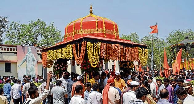 People pay homage to Chhatrapati Sambhaji Maharaj at his memorial in Vadhu, Pune(SANKET WANKHADE/HT PHOTO)