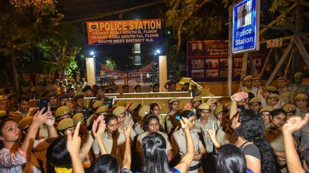 Students of Jawaharlal Nehru University (JNU) protest against the professor who is accused of sexually harassing students, at Vasant Kunj police station in New Delhi.(PTI File Photo)