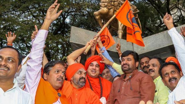 Karnataka minister Vinay Kulkarni with Jaya Mruthyunjaya Swamiji of Kudalasangama Panchamasali Peetha and his followers celebrate in Bengaluru on Monday after the state government decided to write to the Centre to grant religious minority status to the Lingayat community.(PTI)