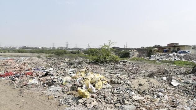 Hindustan Times visited some of the spots, including the area below the Nizamuddin Bridge and Usmanpur area in northeast Delhi to find out how truckloads of debris have been dumped on the floodplains.(Sanchit Khanna/ Hindustan Times)