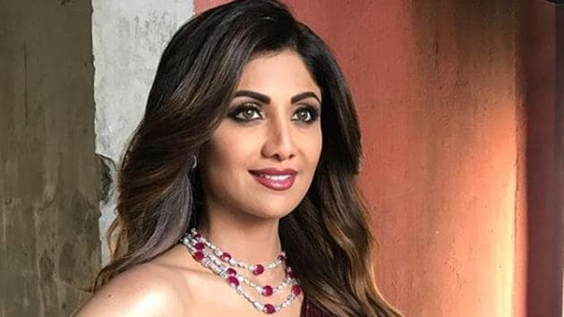 For her appearance on Super Dancers 2, actor Shilpa Shetty wore a sparkling burgundy gown from designer Manish Malhotra.(Instagram/ SheetalfKhan)