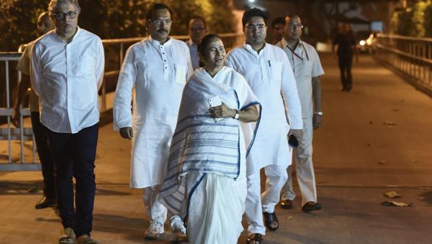 West Bengal CM Mamata Banerjee leaves after meeting Congress leader Sonia Gandhi at her residence in New Delhi on March 28, 2018.(Burhaan Kinu/HT PHOTO)