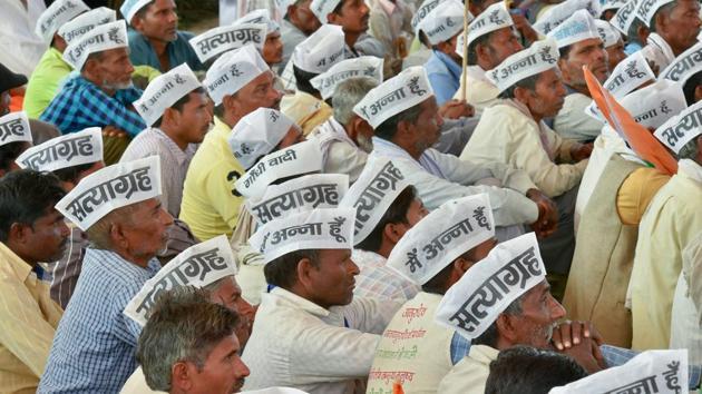 New Delhi: Supporters listen to a speaker during Anna Hazare's indefinite hunger strike at Ramlila Maidan in New Delhi.(PTI)