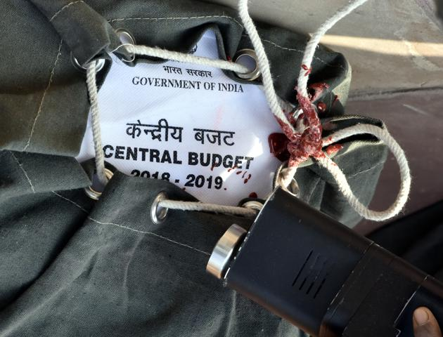 The Union budget has created a mini-industry of commentators (this columnist included) and TV talking heads who routinely scrutinise every detail of the budget days after it is presented. State governments expenditure is significantly larger (and growing) than the Centre's. It is state's that are in charge of spending and implementing schemes, which affect our everyday lives. And any meaningful commentary and discussion on budgets must necessarily focus on state budgets.(Sonu Mehta/HT PHOTO)