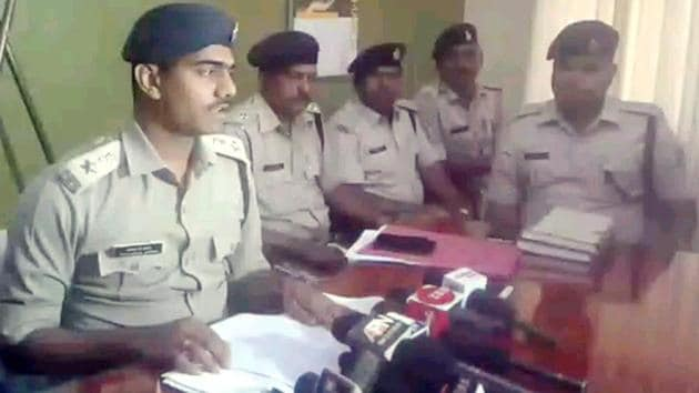 Chatra district police chief Akhilesh B Verior addresses a press conference in Chatra on Saturday.(HT Photo)