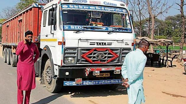The talks between representatives of truck unions and officials of the food and civil supplies department could not make any headway even as rice millers came forward to join the tendering process in several areas of the state.(HT File/Representative image)