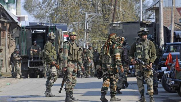 Army soldiers during a gunbattle between militants and security forces in Shopian,south Kashmir.(Waseem Andrabi/HT Photo)