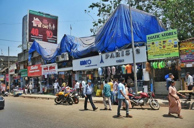 Shops in Andheri remained open on Monday, with the call for bandh having no visible effect.(Satyabrata Tripathy/HT Photo)