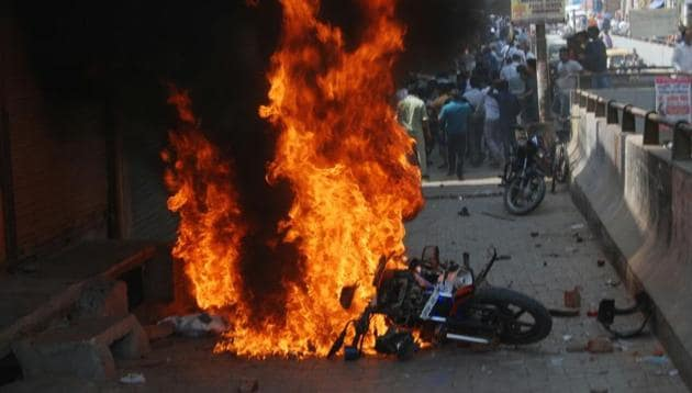Protesters torch a vehicle in Ghaziabad during Bharat Bandh called by several Dalit organisations.(Sakib Ali/HT Photo)