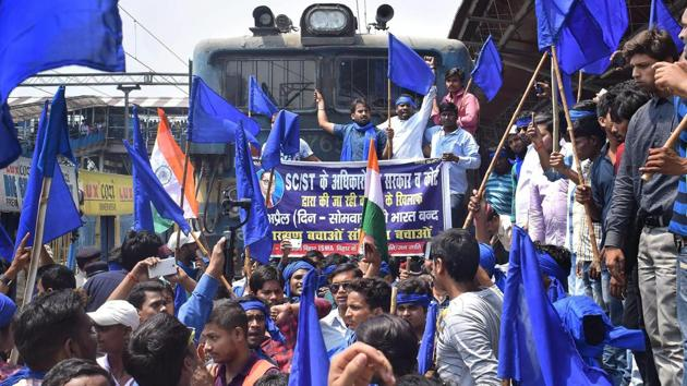 Members of Bhim Army Sena stop a train during the 'Bharat Bandh' call given by Dalit organisations against the alleged 'dilution' of the Scheduled Castes and Scheduled Tribes act, in Patna on Monday.(PTI)
