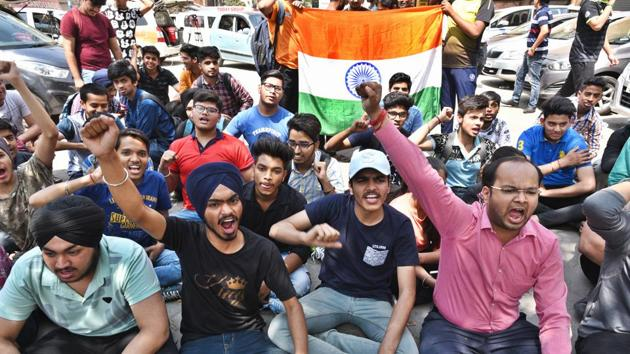Class 10 and 12 students hold protests against the question papers' leak outside CBSE office in Preet Vihar in New Delhi on March 31.(Raj K Raj/HT Photo)