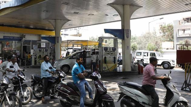 In Pune, petrol was sold at Rs 81.54 per litre,and diesel was sold at Rs.67.71, the highest in the last five years.(HT PHOTO)