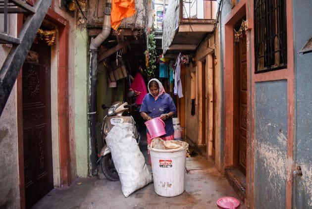 A Swach waste picker goes from door to door to collect waste in Jai Bhavani slum in Shivtirth Nagar,Kothrud in Pune.(SANKET WANKHADE/HT PHOTO)