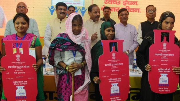 Jharkhand Chief Minister Raghubar Das along with Union Minister of State for Petroleum and Natural Gas Dharmendra Pradhan after distributing LPG connection to BPL families under the Pradhan Mantri Ujjwala Yojana during a function in Ranchi, 2016(Hindustan Times)