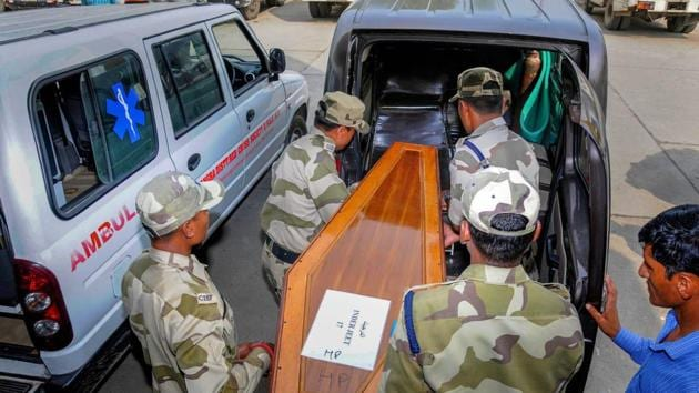 Army jawans carry a casket containing remains of one of the Indians abducted by the Islamic State group in 2014, that were found in a mass grave outside Mosul in Amritsar on Monday.(PTI)