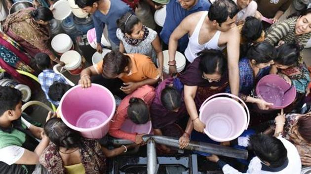 A 2016 image of residents of Mansa Ram Park in Matiala Vidhan Sabha, West Delhi struggling to fill cans of water from Delhi Jal Board Tankers. The Delhi government is currently negotiating with Haryana over Yamuna water supply.(Saumya Khandelwal/ Hindustan Times)