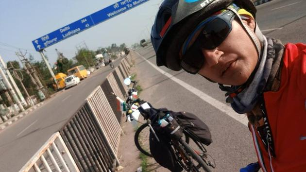 Pratibha Dhakane takes a selfie break en route to Kanyakumari. The 33-year-old cyclist travelled from Jammu to Kanyakumari in 33 days.(HT PHOTO)