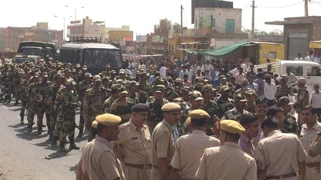 The BSF carried out a march past in various parts of the Barmer city on Tuesday.(HT Photo)