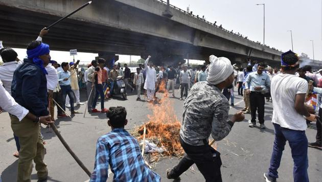 Protesters burn effigies near Rajiv Chowk in Gurgaon on Monday.(Sanjeev Verma/HT Photo)