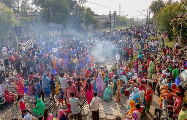 Dalit activists and supporters protest against dilution of Scheduled Castes/Scheduled Tribes Act in Jalandhar.(PTI)