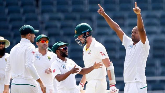 South African bowler Vernon Philander (R) celebrates the dismissal of Pat Cummins (2R) on the fourth day of the fifth Test cricket match between South Africa and Australia won by South Africa at Wanderers cricket ground on April 3, 2018 in Johannesburg.(AFP)