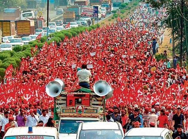 Demanding a loan waiver, farmers of All Indian Kisan Sabha march from Nashik to Mumbai to gherao Vidhan Bhawan on March 12.(PTI Photo)