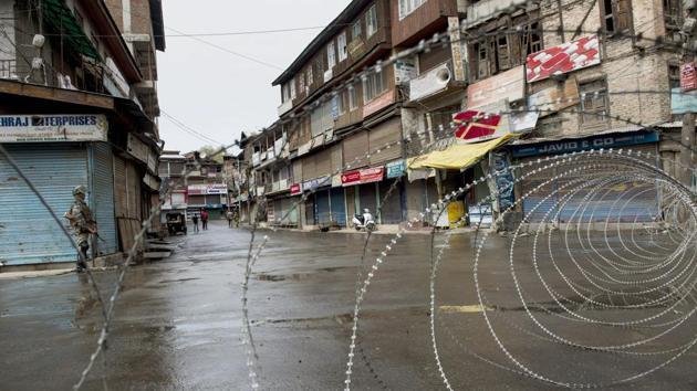A CRPF jawan guard a street in Srinagar on Tuesday.(PTI)