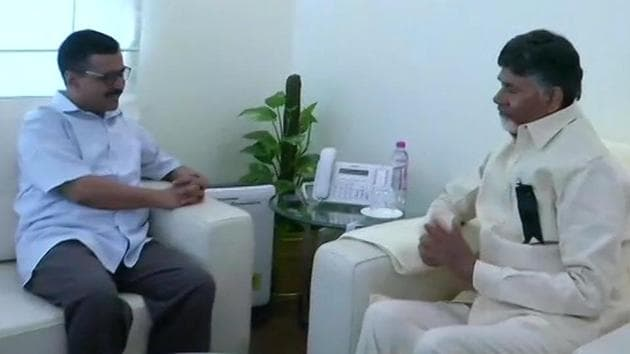 Andhra Pradesh chief minister N Chandrababu Naidu (right) with his Delhi counterpart Arvind Kejriwal.(ANI/Twitter)