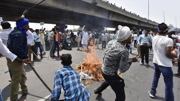 People protested and blocked the highway at Rajiv Chowk on Monday expressing concerns over the alleged dilution of SC/ST (Prevention of Atrocities) Act 1989.(Sanjeev Verma/HT PHOTO)