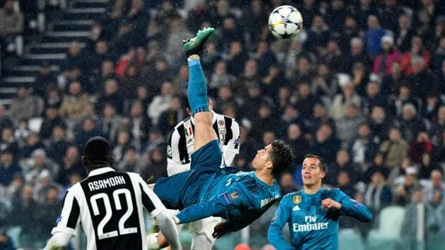 Cristiano Ronaldo (C) scores during the UEFA Champions League quarter-final first leg football match between Juventus and Real Madrid at the Allianz Stadium in Turin on April 3, 2018.(AFP)