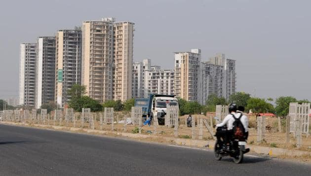 The Gurgaon district town planner has ordered real estate developers to charge ₹15,000 from homebuyers for administrative registration charges of flats and apartments.(Parveen Kumar/HT)