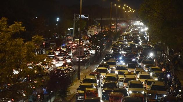 Heavy traffic at Mathura Road in New Delhi on March 17, 2018.(Mohd Zakir/HT FILE PHOTO)