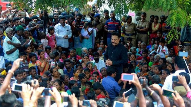 Actor-turned-politician Kamal Haasan expresses his solidarity with those protesting against the existing Sterlite Copper smelter plant and its proposed unit in the region at Kumarareddiapuram village in Tuticorin district of Tamil Nadu on Sunday.(PTI)