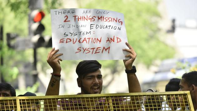 Students protest against the Central Board of Secondary Education for announcing the re-examination of the leaked papers near Jantar Mantar in New Delhi on March 29, 2018.(HT file)