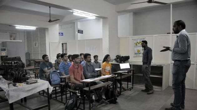 A teacher seen teaching at Sinhgad collage at Vadgaon campus. An official from STES, on terms of anonymity, denied the allegations made by teachers and said that even if anyone was dismissed from service, it was because their tenure was over.(HT PHOTO)