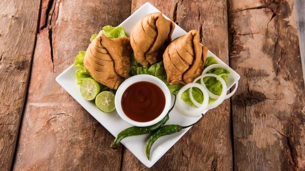 Reference to samosas has been found in the works of Moroccan scholar Ibn Battuta and Indian poet Amir Khusrau, too.(IStock)