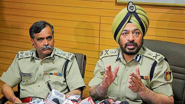 Chandigarh DGP Tajender Singh Luthra, accompanied by DIG OP Mishra (left), addressing the media about measures being taken to curtail crime in Chandigarh on Friday.(Karun Sharma/HT)